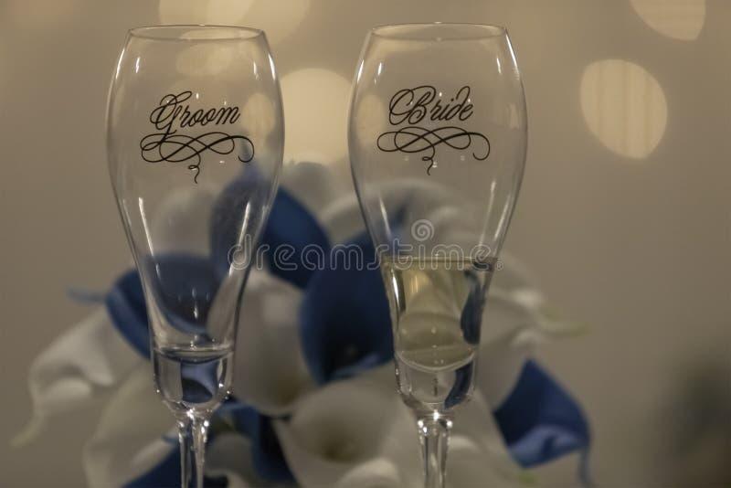 新娘和新郎香宾玻璃 库存照片