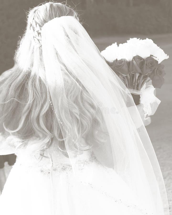 新娘在她的与花束的婚礼那天 免版税库存照片