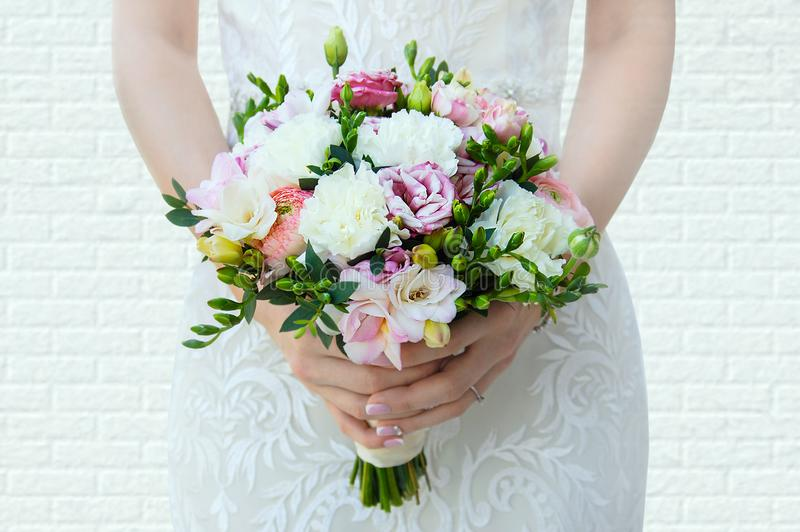 新娘在她的手上拿着一花束 免版税库存照片