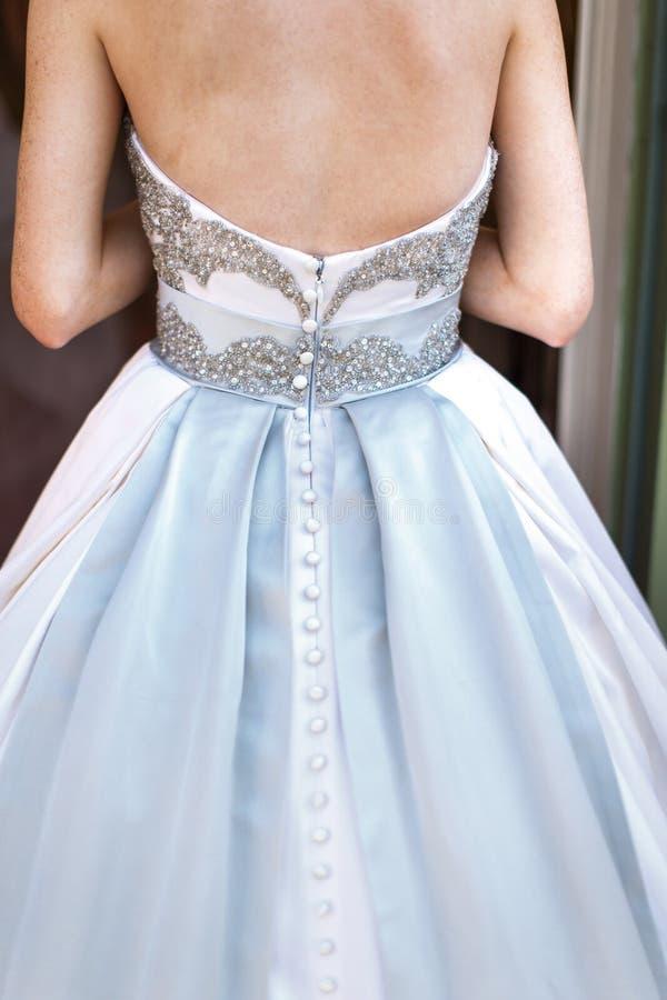 新娘在婚礼礼服的` s后面 衣物夫妇日愉快的葡萄酒婚礼 库存照片