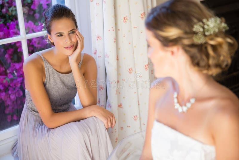 新娘在家谈话与女傧相 免版税库存照片
