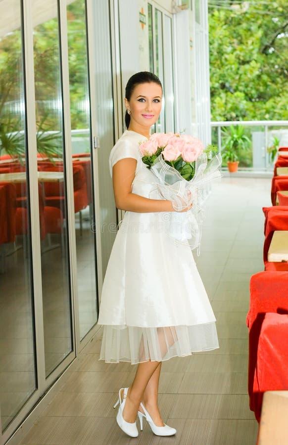 新娘女孩俏丽的玫瑰 免版税库存图片