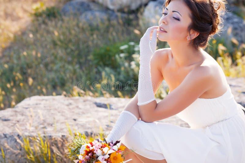 Download 新娘室外纵向 库存照片. 图片 包括有 白种人, 摆在, 幸福, 头发, brunhilda, 快乐, 人员 - 62530662