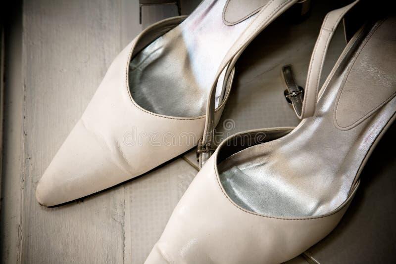 新娘对穿上鞋子婚礼白色 免版税图库摄影