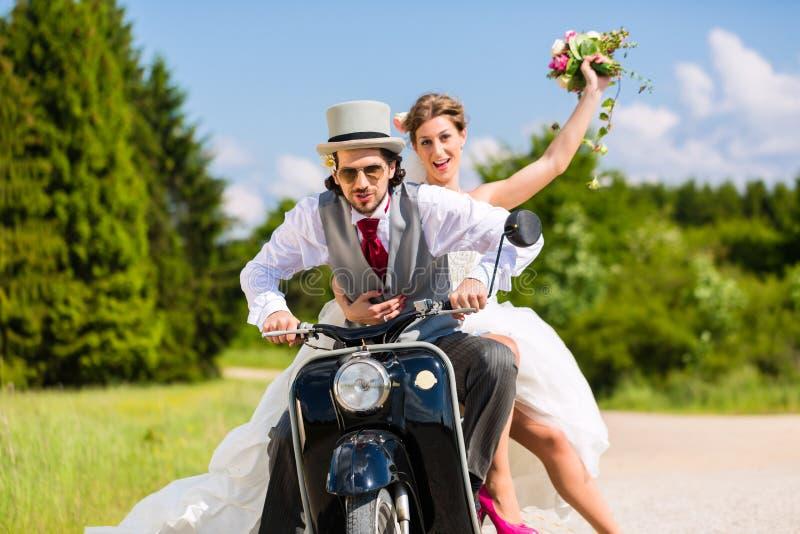 新娘对主驱动电动机滑行车佩带的褂子和衣服 免版税库存照片