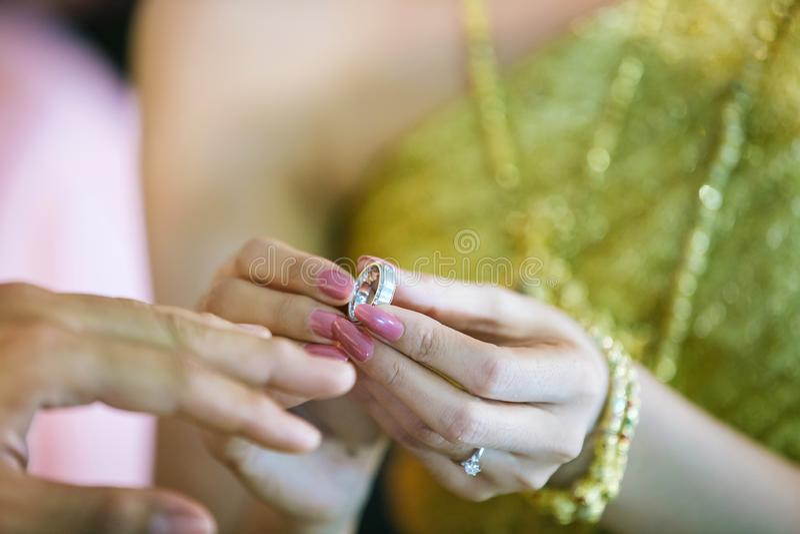 新娘展示结婚戒指在手边以前给修饰在婚礼 背景、拷贝空间和对象的图象 库存照片