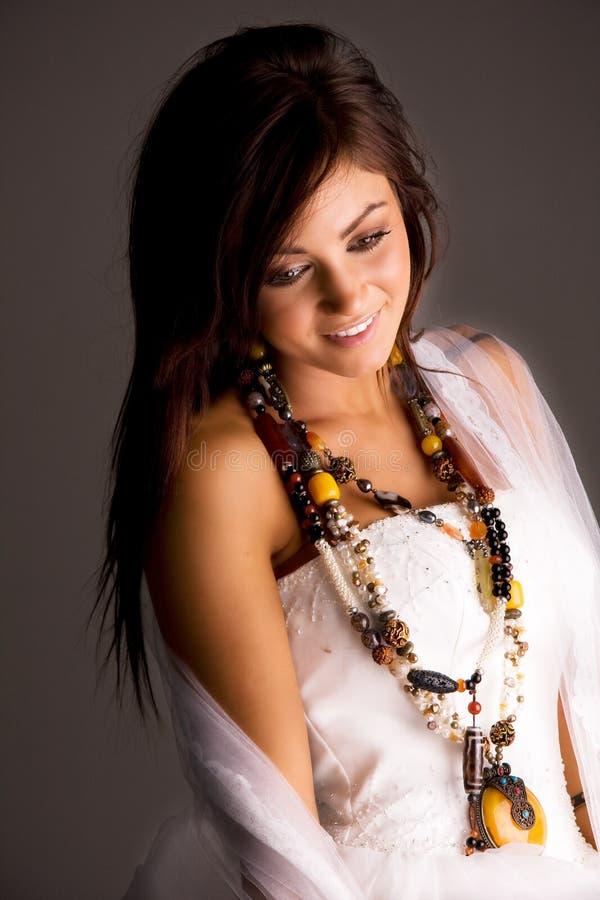 新娘微笑的年轻人 免版税库存图片