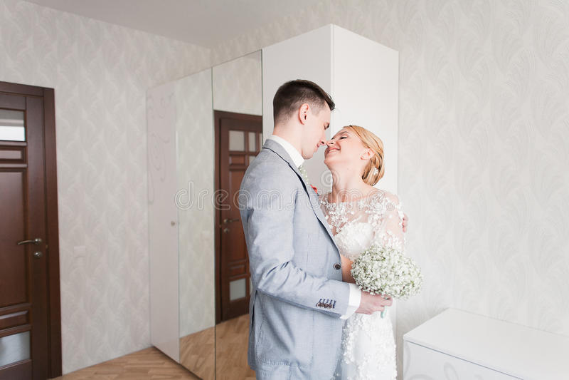 新娘情感,当她在婚礼之日时首先遇见她的新郎 免版税库存图片