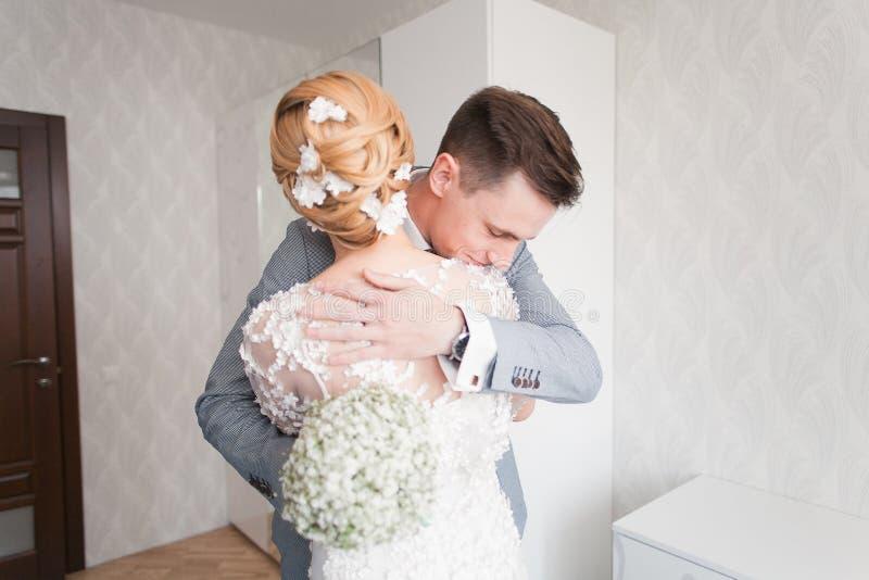 新娘情感,当她在婚礼之日时首先遇见她的新郎 免版税图库摄影