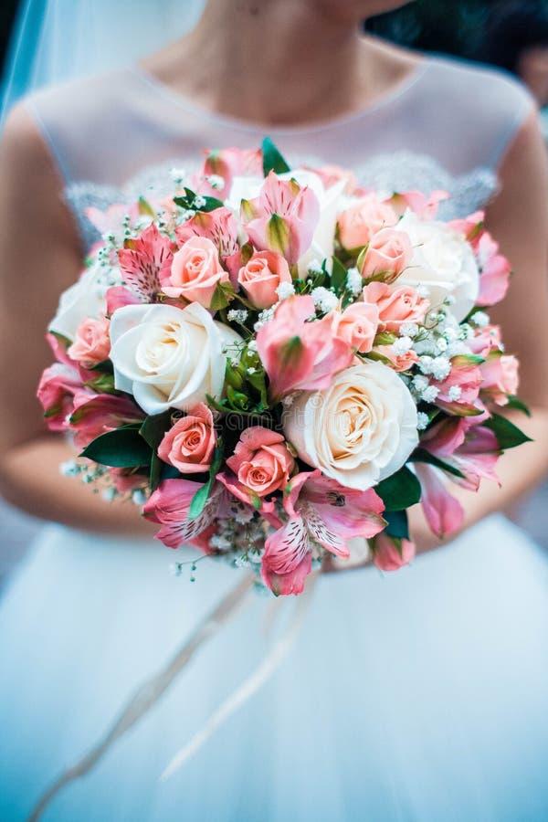 新娘手上的婚礼花的合影 库存图片