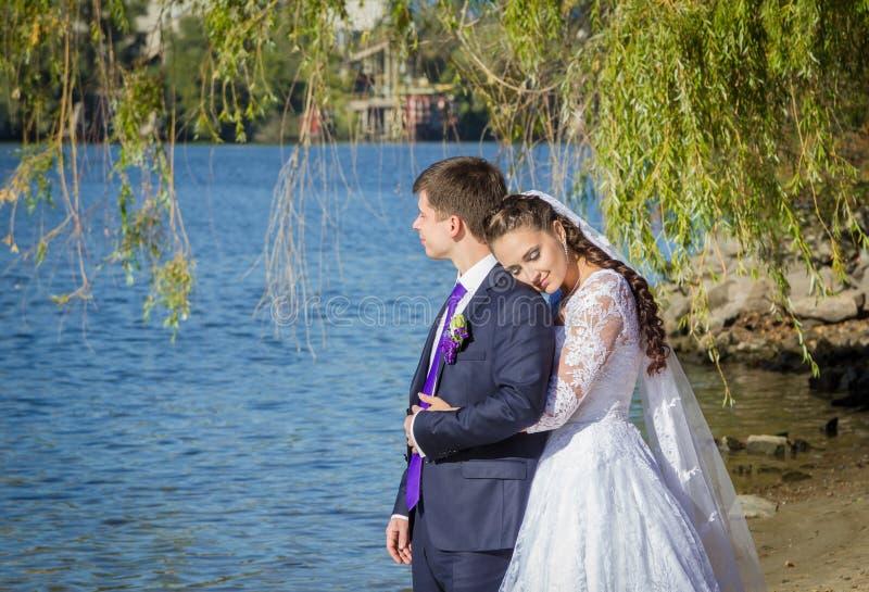 新娘拥抱的新郎 图库摄影