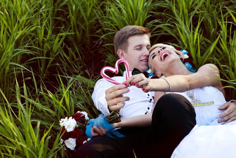 新娘新郎糖果心脏棒棒糖 库存图片