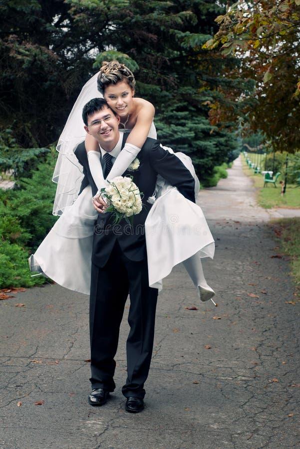 新娘新郎肩扛 库存图片