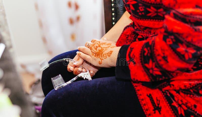 新娘无刺指甲花被雕刻的美丽的新娘的手 免版税库存图片