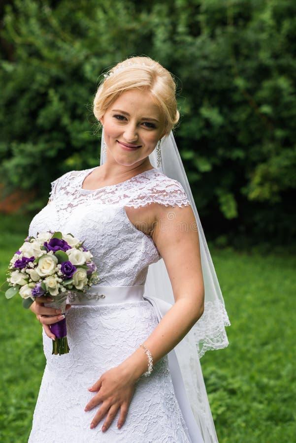 新娘日她摆在的婚礼 免版税库存照片