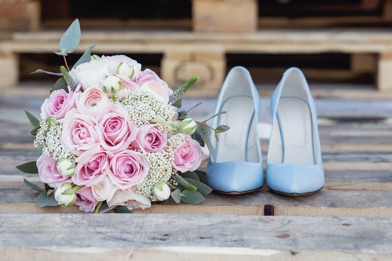 新娘时髦的婚姻的属性  经典bride';s花束 免版税库存图片