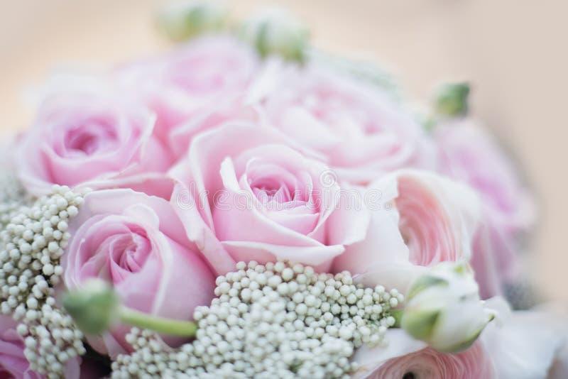新娘时髦的婚姻的属性  经典bride';s花束 库存图片