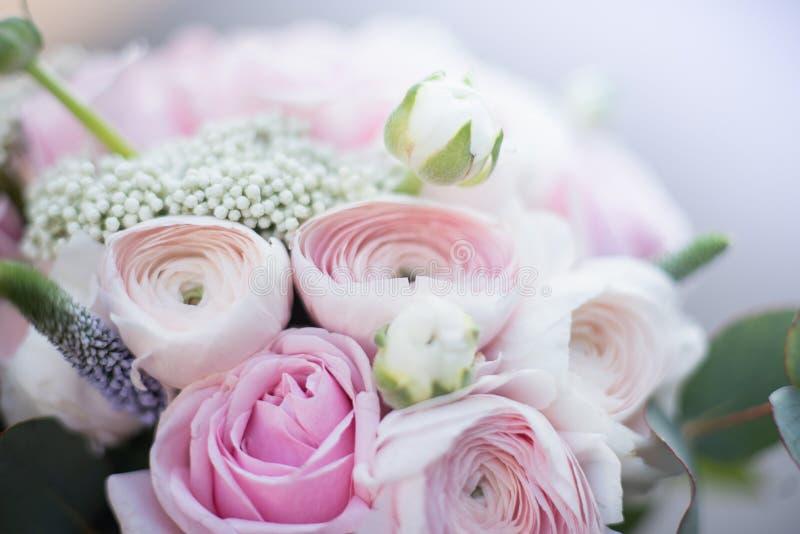 新娘时髦的婚姻的属性  经典bride';s花束 库存照片