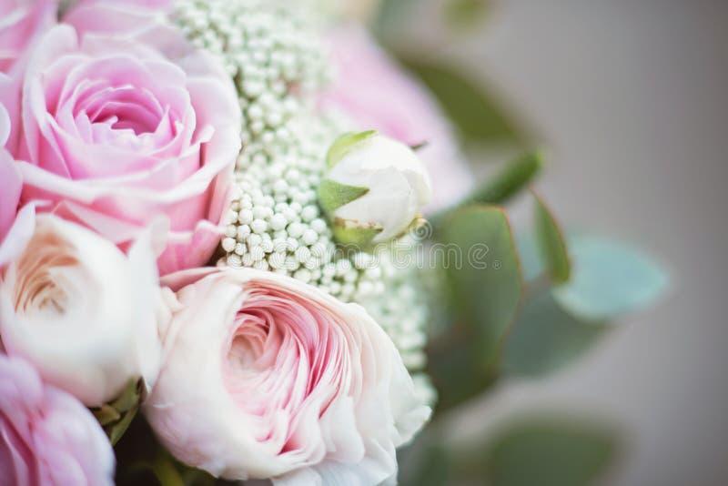 新娘时髦的婚姻的属性  经典bride';s花束 免版税库存照片