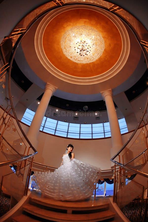 新娘枝形吊灯她大超出台阶 免版税库存照片