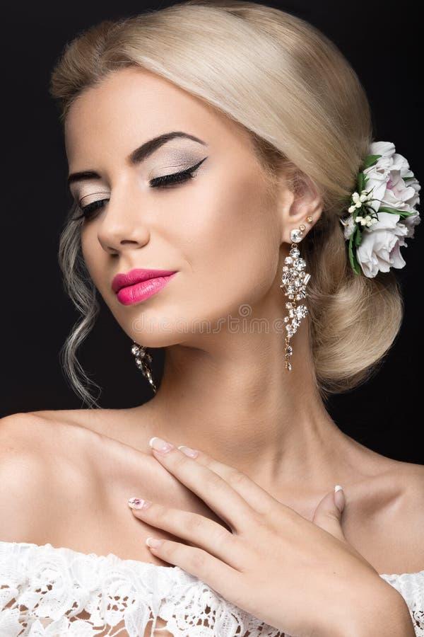 新娘的图象的美丽的白肤金发的妇女有花的 秀丽面孔和发型 免版税库存照片