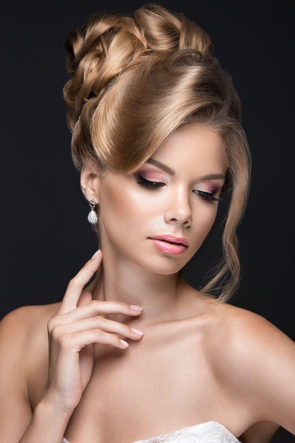 新娘的图象的美丽的白肤金发的妇女 图库摄影