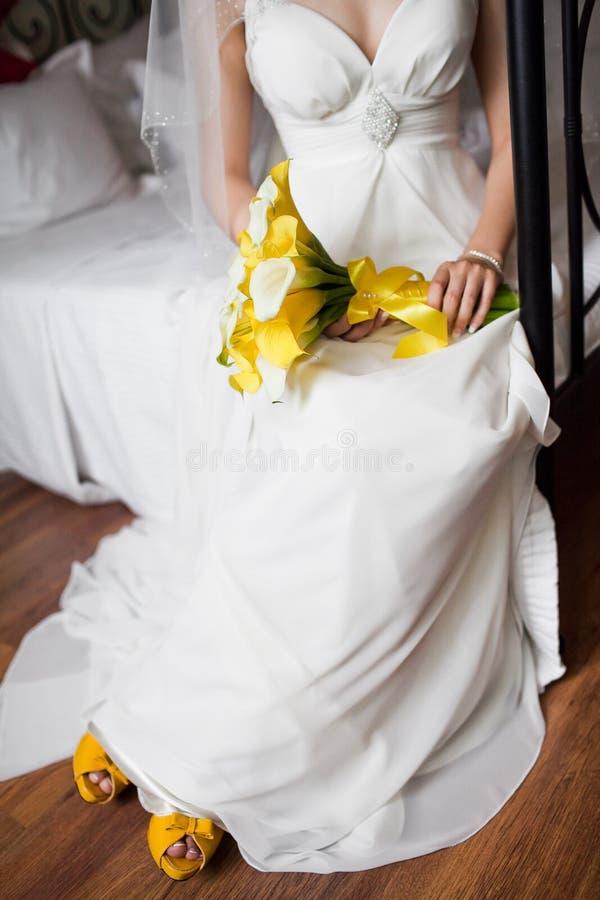 Download 新娘的婚礼花束 库存照片. 图片 包括有 礼服, 丈夫, 结婚, 手袋, 收集, 仪式, 绿色, beautifuler - 26219606