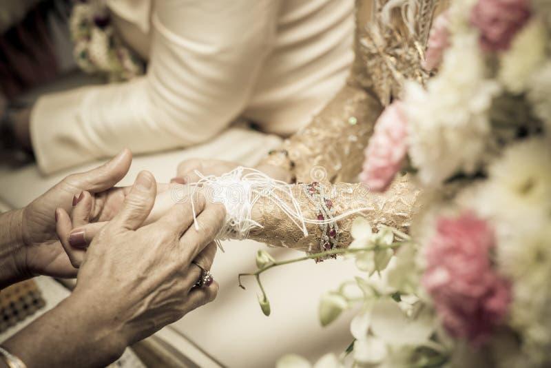 新娘的手绑住与螺纹 库存照片