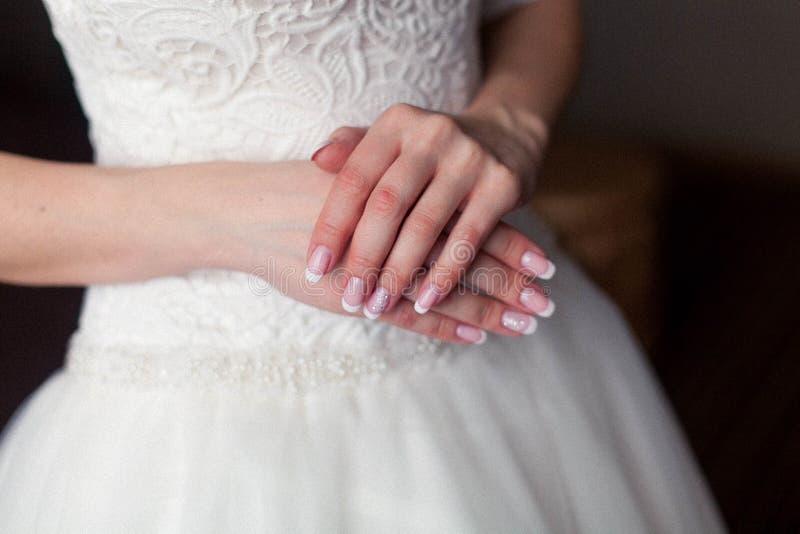 新娘的早晨,新娘穿礼服,婚礼,一件美丽的礼服 免版税库存图片