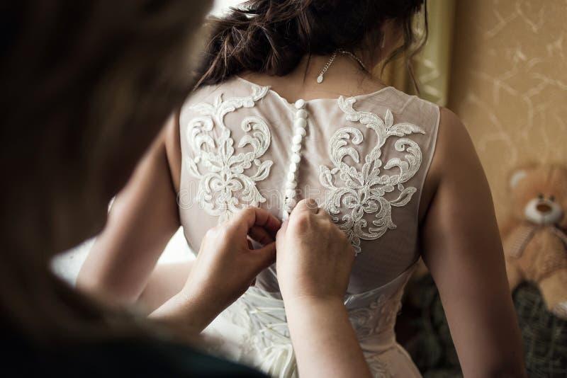新娘的早晨,新娘穿礼服,婚礼,花花公子 库存照片