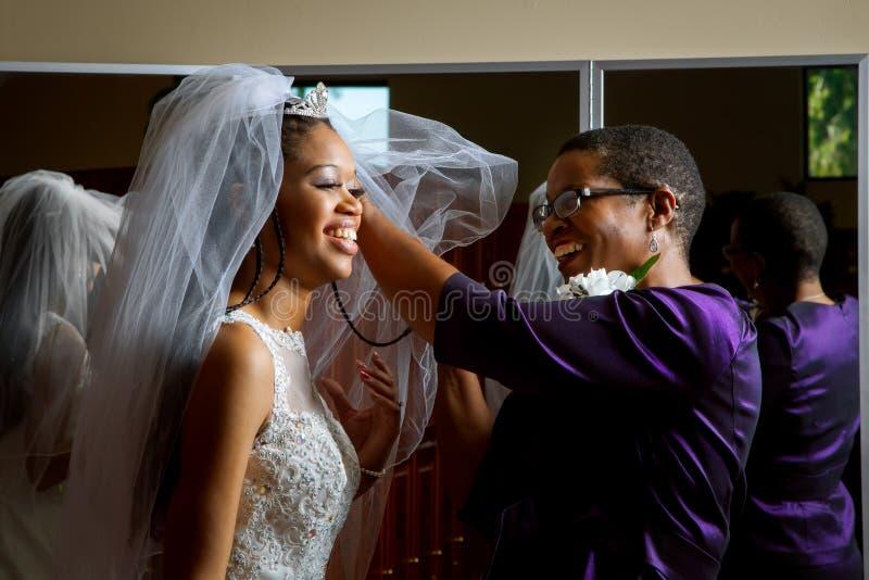 新娘的母亲调整面纱 图库摄影