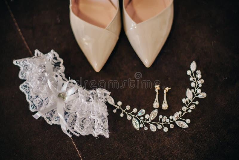 新娘的美丽的鞋子有耳环头发装饰品的 图库摄影