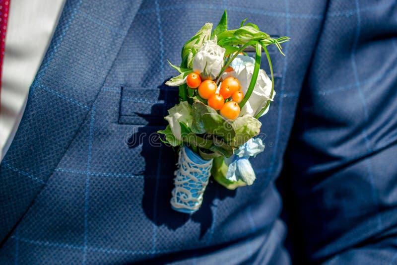 新娘的花束在长凳说谎 免版税库存图片