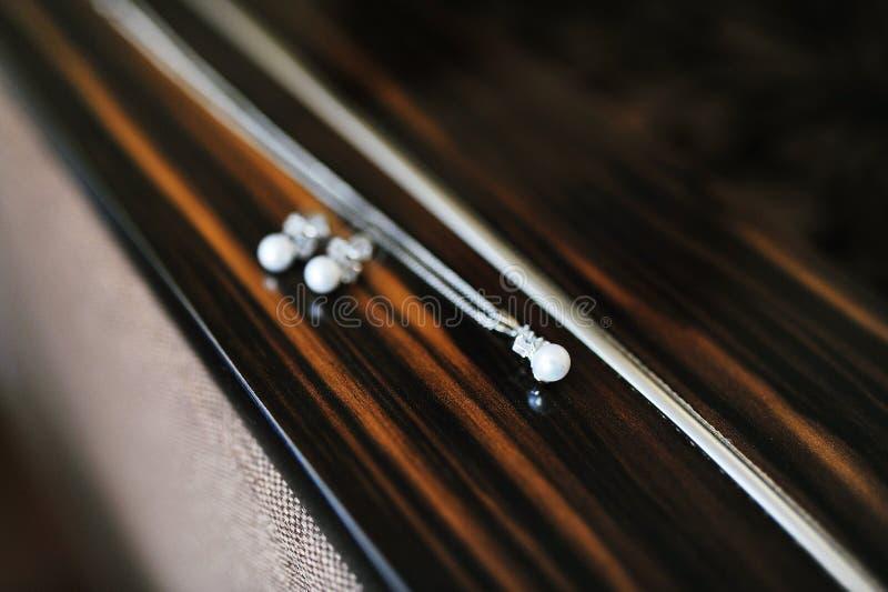 新娘的辅助部件:垂饰和耳环 库存照片