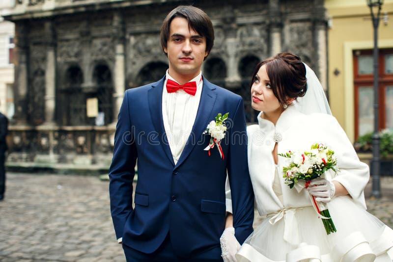 新娘看蓝色衣服的一个确信的新郎 免版税库存图片