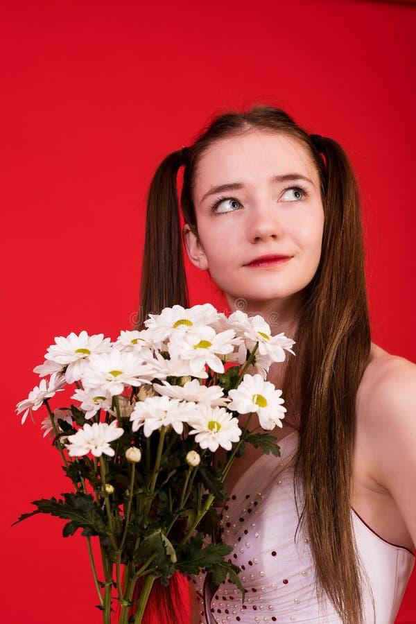 新娘礼服的女孩有花花束的  免版税库存图片