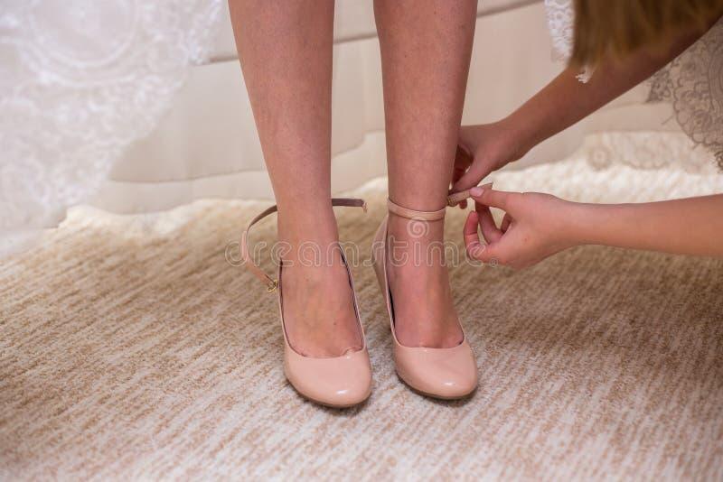 新娘穿上鞋子婚礼鞋子 免版税库存照片