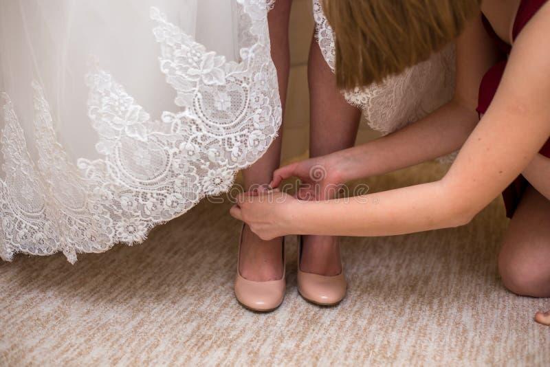 新娘穿上鞋子婚礼鞋子 免版税库存图片
