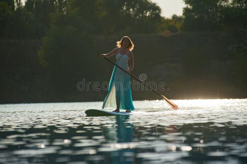 新娘站立paddleboard05 免版税库存图片