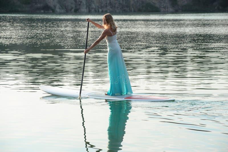 新娘站立paddleboard03 免版税库存图片