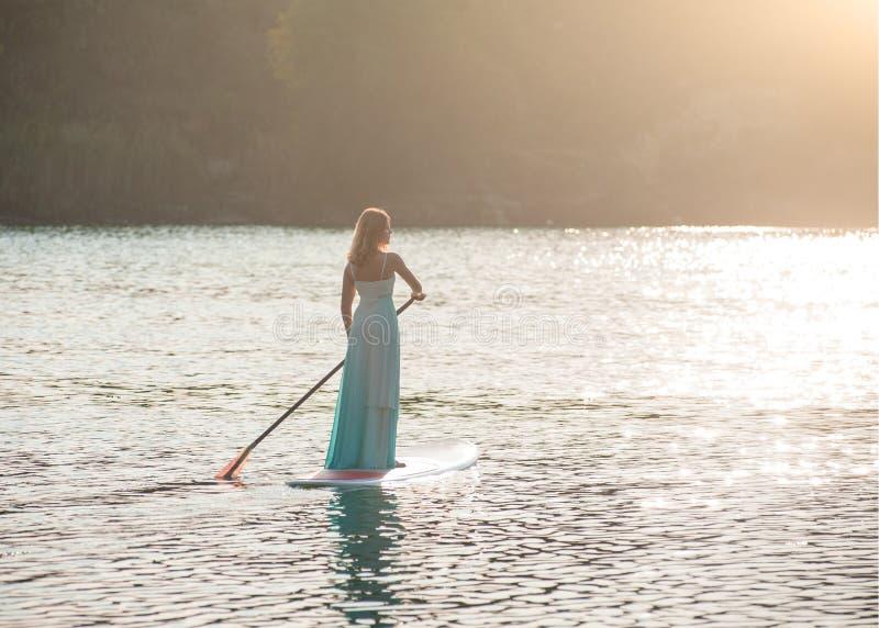 新娘站立paddleboard04 免版税库存照片
