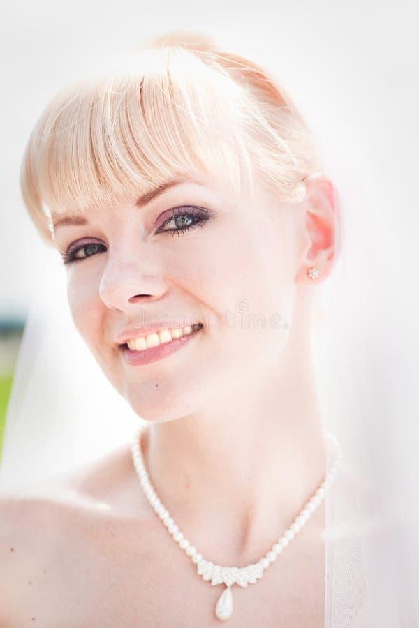 新娘纵向微笑的年轻人 免版税库存图片