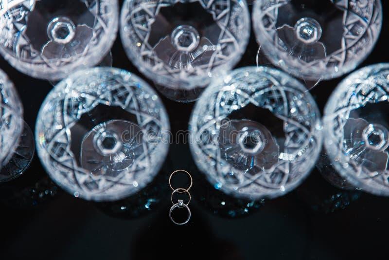 新娘细节-结婚戒指,当准备好的新娘在仪式前-时葡萄酒水晶酒杯 免版税库存照片
