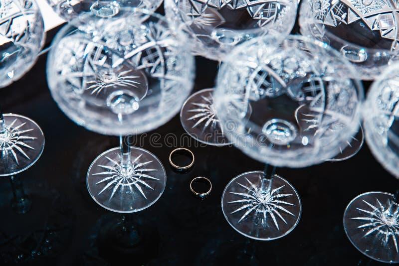 新娘细节-结婚戒指,当准备好的新娘在仪式前-时葡萄酒水晶酒杯 库存照片