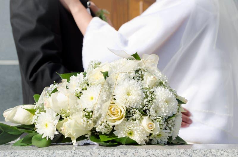 新娘花束和婚姻夫妇 免版税库存照片