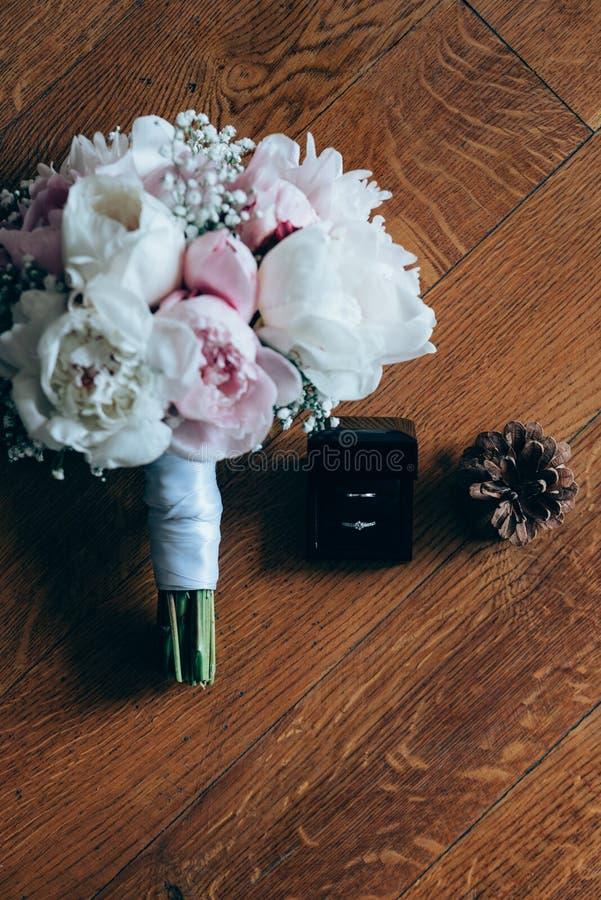 新娘花束和婚戒 免版税库存图片