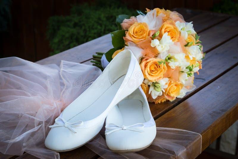新娘花束和新娘的鞋子 库存照片