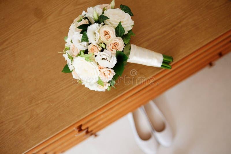 新娘花束和新娘的鞋子 图库摄影
