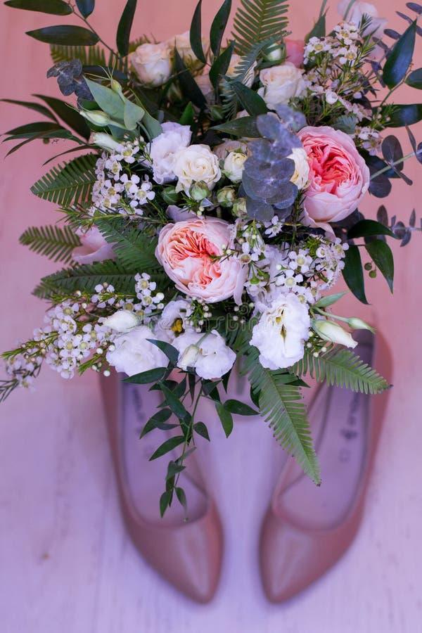 新娘花束和新娘鞋子 免版税库存图片