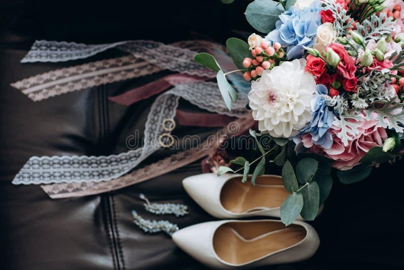 新娘花束和辅助部件  蓝色详细资料花袜带系带婚礼 免版税库存图片